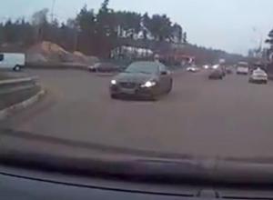 На видео попало, как в Воронеже «Ягуар» выехал на «встречку» и едва не устроил ДТП