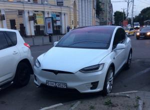 Воронежцев удивила новейшая Tesla Model X в центре города