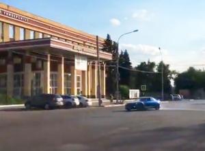 На видео попало, как шальной воронежец устроил бешеный дрифт около ВГУ