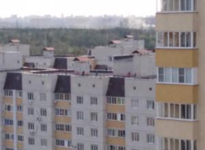 Школьников застали за недетским развлечением на крыше воронежской многоэтажки