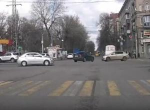 На видео попало, как лихач на Opel снес Mercedes в Воронеже