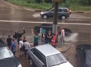 Подростки устроили купания в лужах после урагана в Воронеже