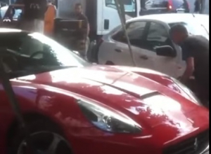 Скандальная эвакуация Ferrari за 16 млн рублей в центре Воронежа заставила горожан поверить в бога