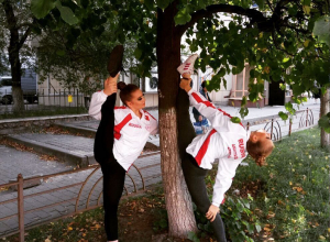 Невероятную растяжку показали у дерева в Воронеже две девушки