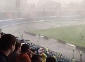 Сильнейший ураган в Воронеже прервал игру «Факела» с «Шинником» и попал на видео