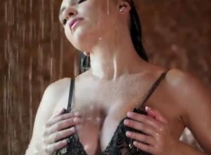 Звезда Instagram из Воронежа с внушительной грудью сняла забавы в душе