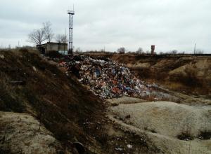 Возле воронежского Голубого озера продолжают сваливать тонны мусора