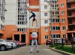 В Воронеже сняли, как девушка носит подругу над головой