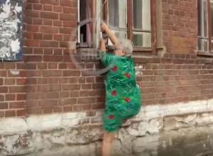 В Воронеже пенсионерка 5 лет ходит домой через окно