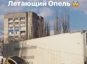 В Сети появились фото «летающей» желтой иномарки после аварии в Воронеже