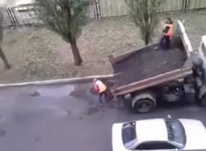 Латание дыр на дороге в Воронеже в дождь попало на видео
