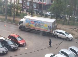 Воронежцы недоумевают от глупого столкновения молоковоза с джипом