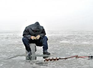 Воронежские рыбаки вышли на едва застывший лед водохранилища
