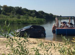 Парковка внедорожника в реке позабавила жителей Воронежа