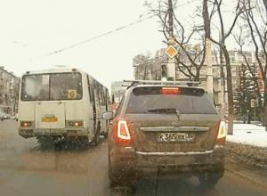 «Жадный» проезд воронежской маршрутки на красный свет сняли на видео