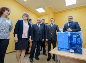 В Воронежской области Алексей Гордеев подарил 3D-принтер воспитанникам детско-юношеского центра