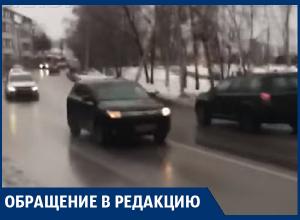 Автохамы не давали перейти дорогу женщине с коляской в Воронеже