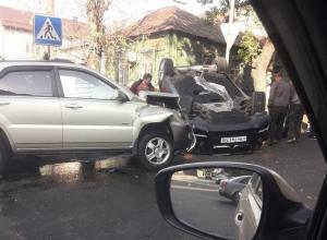 В Сети опубликовали снимки с места жесткого столкновения BMW и Lexus в Воронеже