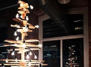 Креативную елку из лампочек и досок сделали в Воронеже