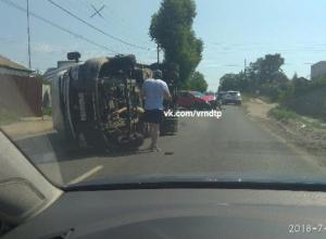 В Воронеже «Газель» прилегла после ДТП и заблокировала дорогу