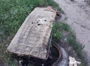 В Воронеже опасно зияющие люки прикрыли старым матрасом