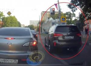 Наглый проезд на красный воронежского автохама с блатными номерами попал на видео