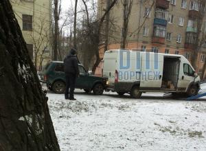 В Воронеже «Нива» протаранила Peugeot во время эвакуации