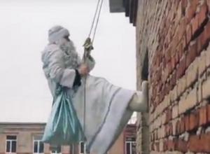 Спускающегося по стене здания на веревке Деда Мороза сняли на видео в Воронеже