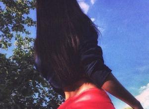 Девушку в нереально коротких шортах сфотографировали на улице в Воронеже