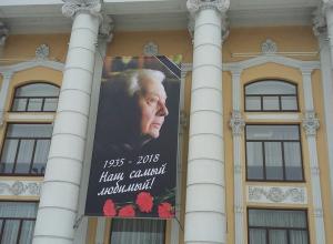 В память об Олеге Табакове воронежский кинотеатр вывесил огромный баннер