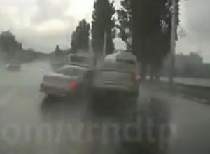 Момент столкновения купе BMW 6 и Renault на мосту в Воронеже попал на видео