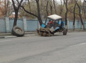 В Воронеже на глазах у прохожих развалился трактор