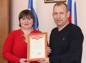 Воронежскую почтальонку наградили за отпор вооруженному ножом пенсионеру