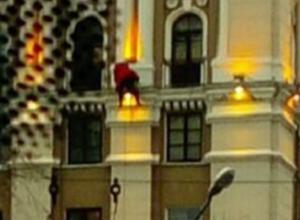 Воронежец сфотографировал, как Санта-Клаус лезет в окно высотки