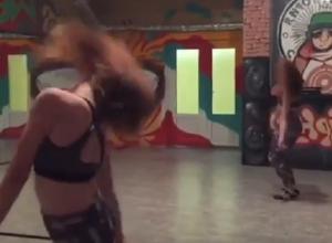 Отвязный танец рыжули в лосинах сняли в Воронеже