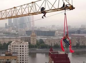 Экстремальный трюк воронежца на башенном кране в Москве попал на видео