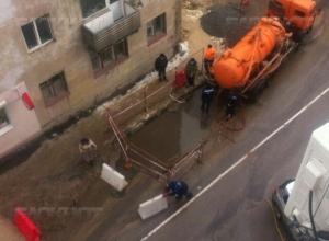 Специалисты РВК-Воронеж  устраняют повреждение канализационной трубы на улице 20 лет ВЛКСМ