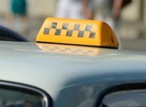 В Воронежской области пассажир расплатился с таксистом, а затем выхватил у него деньги