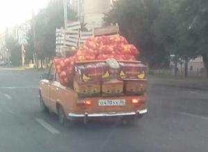 Перегруженная овощами машина попала на фото и рассмешила жителей Воронежа