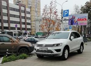 Внедорожники с блатными номерами показали, как экономить на парковке в Воронеже