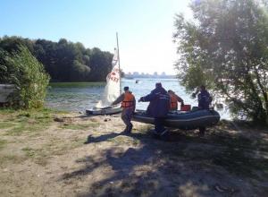 Посреди Воронежского водохранилища перевернулась яхта