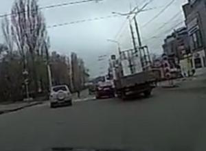 Чудесный уворот грузовика от ДТП в Воронеже попал на видео