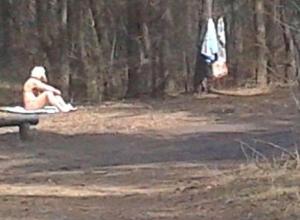 В парке Воронежа сфотографировали бабушку без комплексов