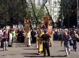 Тысячи воронежцев вышли на Крестный ход и попали на видео