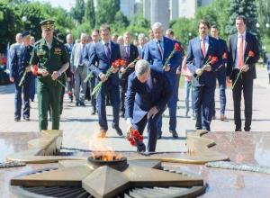 Александр Гусев возложил цветы к могиле Неизвестного солдата