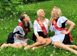 Ангелина Мельникова с подружками в школьной форме померилась языками в Воронеже