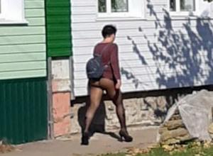 Девушку в колготках без штанов запечатлели на воронежской улице