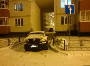Наглый водитель Mazda парковкой парализовал движение на Олимпийском бульваре
