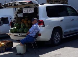 Продавца арбузов застали за мокрым занятием в Воронеже