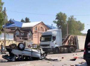 Опубликованы жуткие фото массового ДТП с пятью пострадавшими в Воронеже